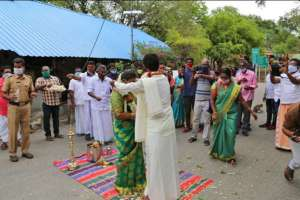 couple-gets-married-at-tamil-nadukerala-border_g2d