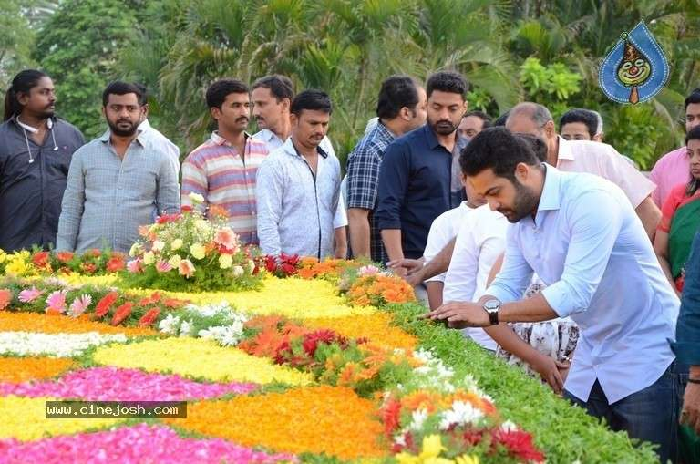 ntr-family-members-pay-tribute-at-ntr-ghat-india